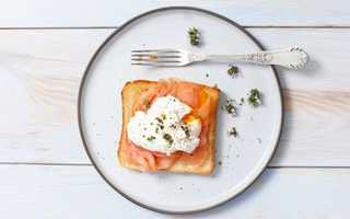Smoked salmon toast with poached egg
